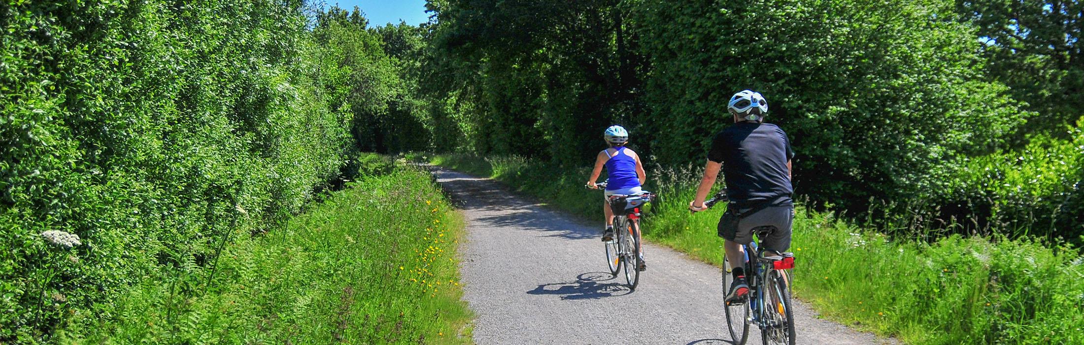 À vélo, à VTT, en cyclotourisme, la pratique du deux-roues est idéale sur les nombreux sentiers, voies vertes et petites routes du Pays de Vire !      1