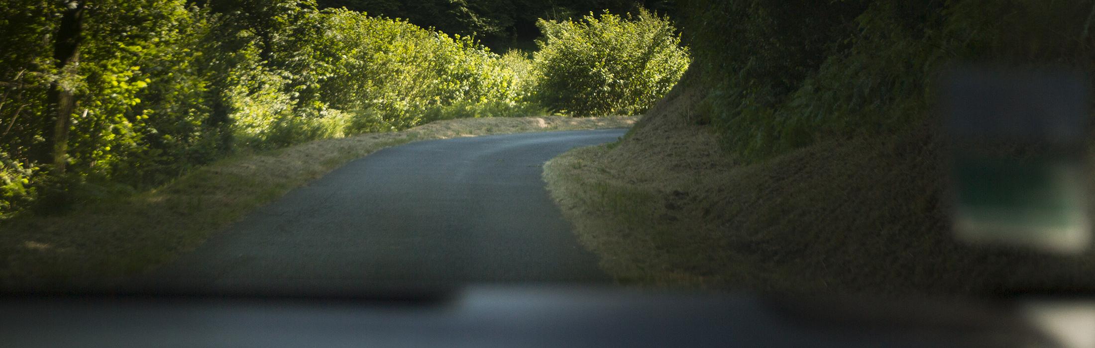 En voiture    L'accès au Pays de Vire est facilité par l'autoroute A84 (gratuite depuis Caen et Rennes)     Vire se trouve à environ 65 km de Caen, 1